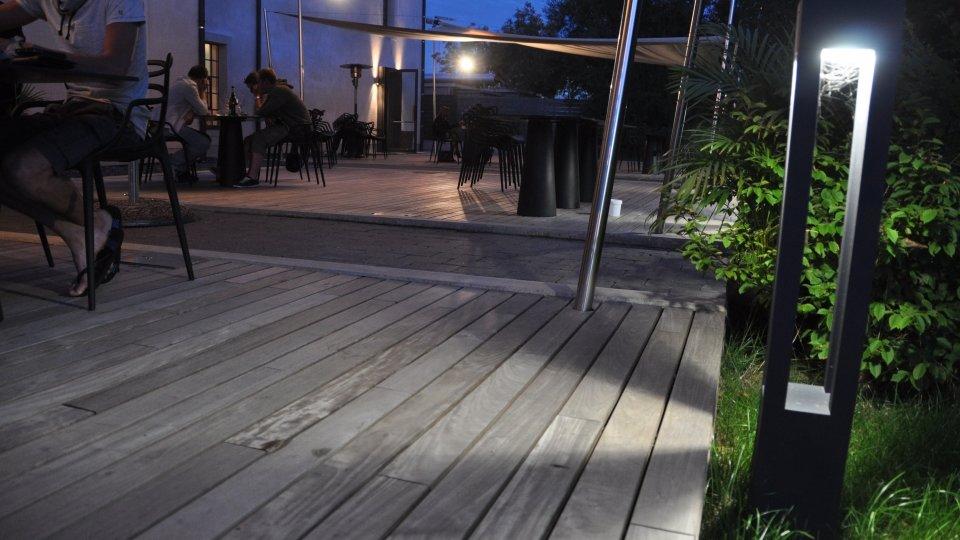 Aménagement terrasse publique, fixation invisible Softline