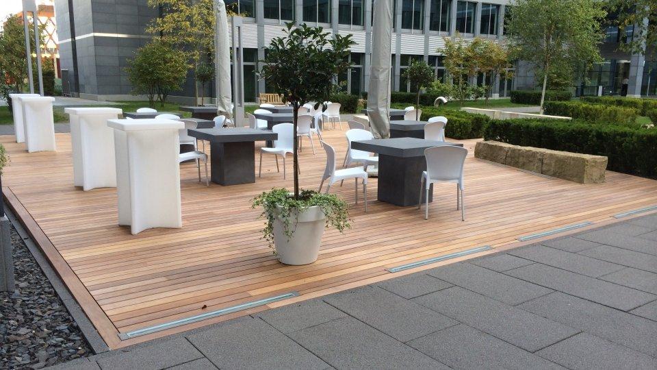 Aménagement terrasse publique à fixation invisible Softline